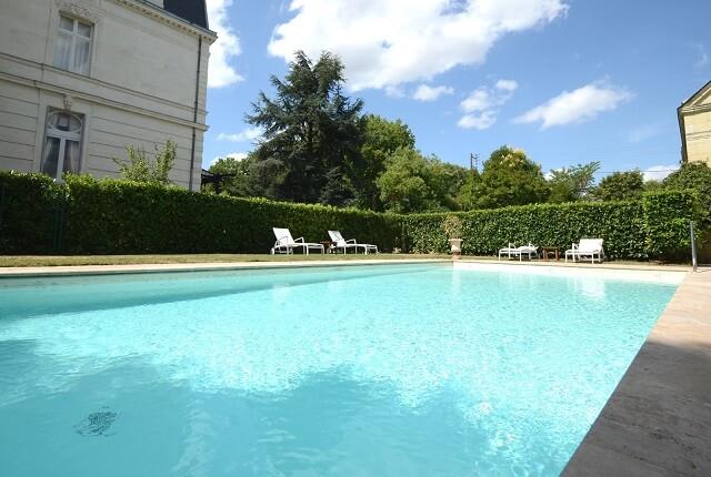 Hotel chateau de la loire piscine chateau u montellier for Verriere piscine